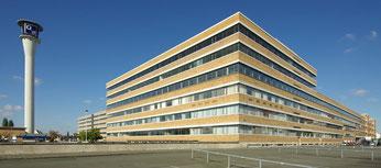 Großversandhaus der ehemaligen Quelle GmbH im Nürnberger Stadtteil Eberhardshof. Links der Quelleturm.