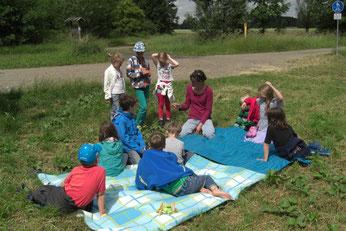 Bei Umweltbildungsveranstaltungen lernen Groß und Klein die Auenökologie kennen. Foto: Mario Vormbaum