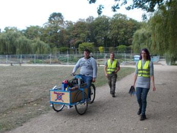 Schüler des Berufsbildungswerks verteilten mit einem Lastenrad Infomaterial und Heißgetränke an Passanten, um sie auf die Müllsammlung aufmerksam zu machen. Foto: René Sievert