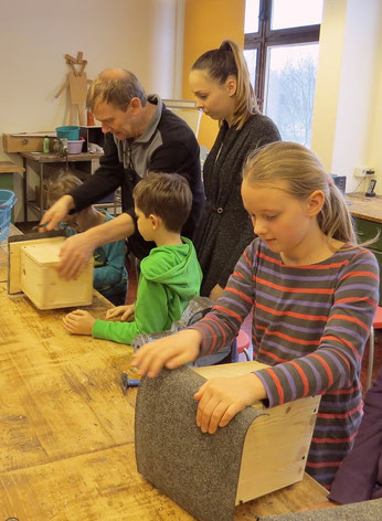 Nistkastenbau mit der Theodor-Körner-Grundschule. Fotos: Karsten Peterlein