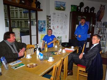 Landtagspräsident Dr. Matthias Rößler (rechts) informierte sich über die ehrenamtliche Arbeit des NABU Leipzig. Foto: Beatrice Jeschke