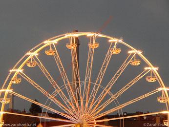 Beleuchtetes Riesenrad in der Stadt