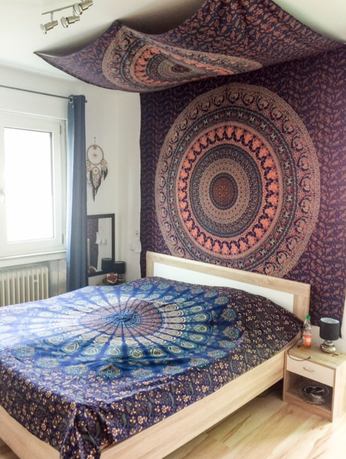 Rotes Mandala Wandtuch im Schlafzimmer von Karmandala