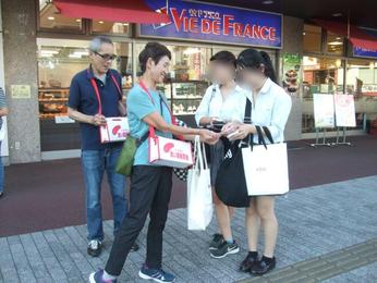 募金をお預かりする艫井福祉委員と中台副会長(左端)