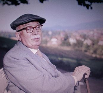 Arnold Zweig 1962 auf einer Bank am Gerhart-Hauptmann-Blick - Repro W.Malek