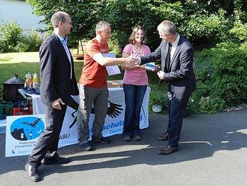 """Minister Remmel gratuliert Herrn Jung zum Erhalt der Plakette """"Fledermausfreundliches Haus"""""""