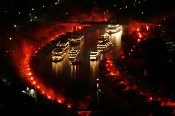 Die Show beginnt - Der Schiffskonvoi durchfährt den auf 1,5 Km links und rechts bengalisch beleuchteten Kanal