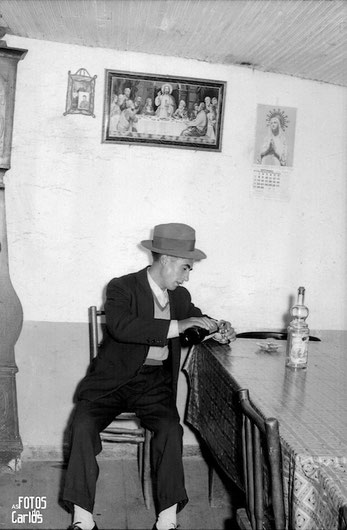 1958-Septiembre-Penarrubias-Hombr bebiendo-Carlos-Diaz-Gallego-asfotosdocarlos.com