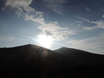 17:30頃。お鉢を巡っている途中、左が妙高岳。右が山頂がある薬師岳、そして夕陽・・。