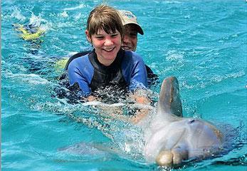 Ronja Phil bei der Delphin Theraphie