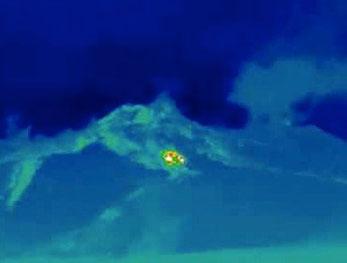 Anomalia termica generata dal punto di origine della colata in corso e di quelle delle settimane precedenti, registrata dalla webcam dell'INGV posta a Monte Cagliato, sul fianco nord-orientale dell'Etna