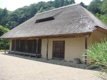 境内近くに移築された、旧佐藤家住宅(国指定重要文化財)