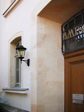 Detail: Eingangsbereich des Amtsgerichtes Burgdorf in Sandsteinoptik