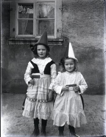 Klara und Trudi Studer an der Fasnacht (Foto ca. 1929)