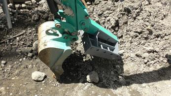 ユンボで掘削とツカミができます。