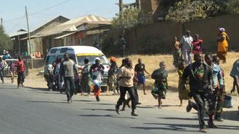 Zur Unfallstelle rennende Menschen