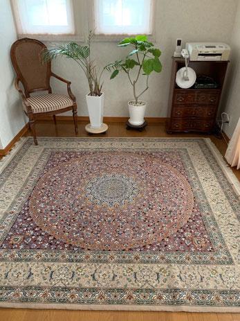 ESFAHAN 2mX2m wool&silk 書斎に明るくて落ち着いた素敵な絨毯をお選びいただきました。サーモンピンクとワインレッドの部分はsilk素材で美しく輝き見る角度で常に楽しめます。