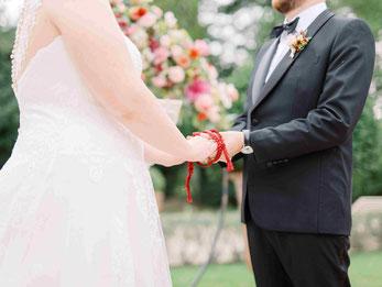 Cérémonie symbolique Officiante unissant les mariés