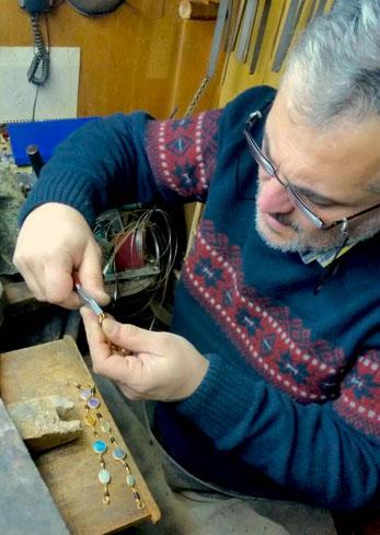 Tayyar beim Anfertigen der in Gold gefassten Edelsteine
