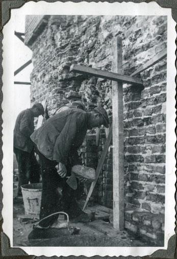 Restauratie 1937. Een afgekapt deel van de toren wordt hersteld met oude bakstenen. (foto Bé van der Veen).