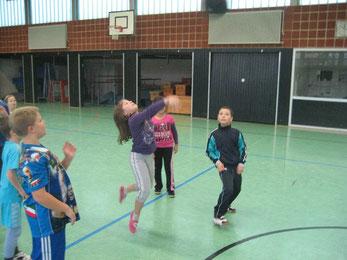Voll in Aktion: Die Mädchen pritschen den Ball ein