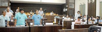 玉津教育長らの不信任案上程に賛成する野党(左側)と与党の石垣氏。賛成少数で上程は否決された