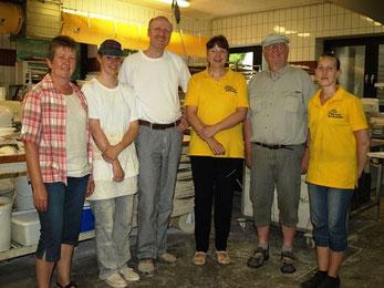 Ehepaar Mario und Corinna Sievers (Mitte) mit den Gewinnern Gesche Baschke (li) und Dirk Cramer (2.v.re.) sowie den Mitarbeiterinnen Franziska Eckmann und Marina Radeboldt.