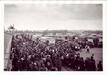 Britische Marineangehörige warten auf ihren Abtransport nach Großbritannien. Foto: Sergant Gorden, 29.4.1945. (Imperial War Museum, London)