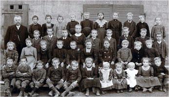 Schulfoto aus Derdingen von 1911 mit Lehrer Gottfried Kercher. Die Namen der Schüler erscheinen im nächsten Rundbrief