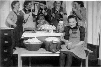 Hausschlachtung in den 1950 er Jahren in Derdingen – auch die Mitarbeit der Frauen war sehr gefragt