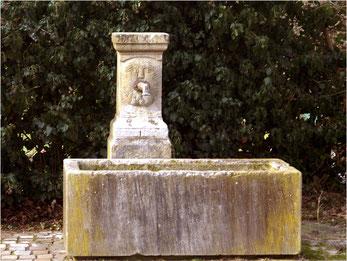 Brunnen hinter dem Rathaus im Amthof: Treffpunkt zur Dokumentation der Kleindenkmale in Derdingen