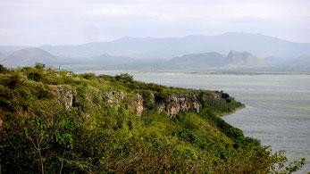 """Lago Elmentaita. Sullo sfondo la montagna conosciuta come """"Delamere Nose"""" (Naso di Delamere) o """"The Warrior Sleeping"""" (Il Guerriero Dormiente)."""