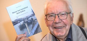 """Klaus Templin liest aus seinem Roman """"Wasser hat manchmal doch Balken"""" (NRZ-Foto: Markus Weissenfels)"""