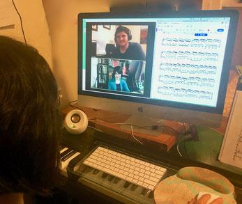 ↑ オンラインレッスン中の写真2:生徒にスクリーンシェアで楽譜を見せ、書き込みしながら説明中