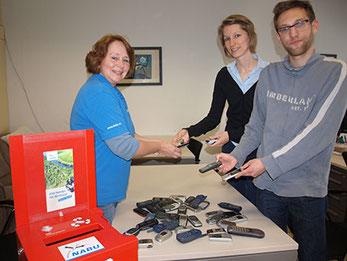 Mitarbeiter der Hochschule Heilbronn übergeben alte Handys an Britta Böhringer-Retter.
