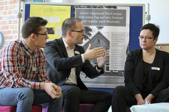 Den Anfängen wehren – darüber redet Grant Hendrik Tonne (Mitte) mit Schülern.