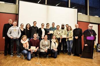 Die Preisträger des Bischof-Alois-Brems-Preis zusammen mit Bischof Gregor Maria Hanke (rechts) und Diözesanjugendpfarrer Clemens Mennicken (links). (Foto: Valentin Nowak)