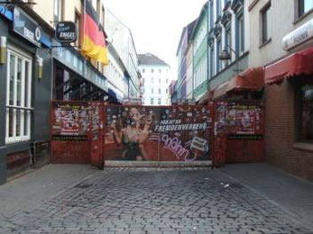 Eingang zur Herbertstraße auf St. Pauli  mit den Sichtblenden