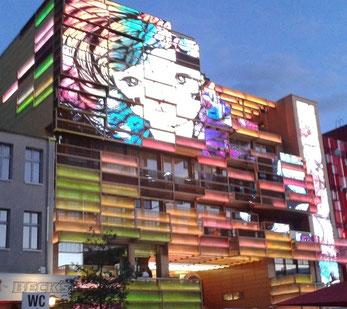 Klubhaus St. Pauli mit leuchtender Medienfassade