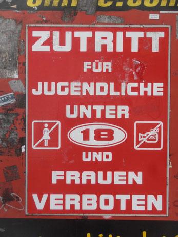 Hinweistafel am Eingang zur Herbertstraße auf St. Pauli