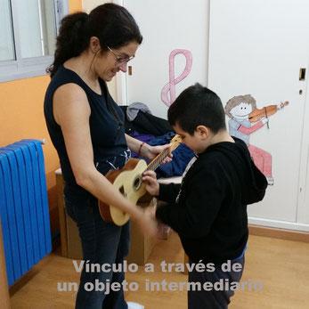 La guitarra es un instrumento que le gusta, puede explorarlo y lo relaja. A partir de allí compartimos el instrumento, el momento y un juego dual que permitirá paulatinamente mejorar la comunicación y el vínculo