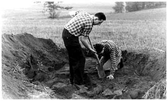 """Günter Krause (stehend), der den """"Lotzdorfer Backofen-Fund"""" entdeckt hatte, bei der Notbergung im Oktober 1961 (Foto: Museum Schloss Klippenstein)"""