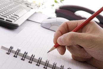 Utensilien für das Schreibtagebuch: Notizbücher und Bleistift