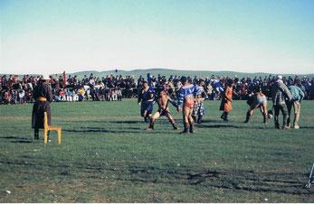 モンゴル相撲(ヘンティー県ガルシャル郡のナーダム=祭で)