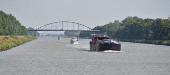 Reger Schiffsverkehr am Julianakanal (NL)