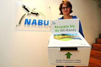 NABU-Mitarbeiterin mit Handysammelbox.