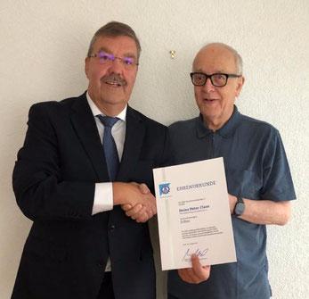 Der Vizepräsident der THW-Landesvereinigung Rheinland-Pfalz e.V., Werner Vogt, dankt Heinz Peter Claas für sein herausragendes Engagement und übergibt die Ehrennadel der THW-Bundesvereinigung in Silber (von links). Foto THW-LHV RLP