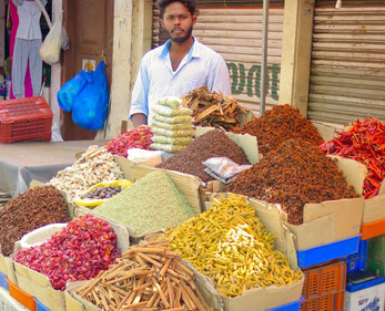 Gewürze auf einem Markt in Südindien