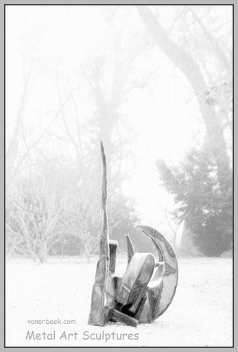 sculptures dans le parc, art abstrait en métal par David Vanorbeek, sculpteur en France