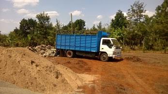 Der erste Lkw mit den Fundament Steinen...